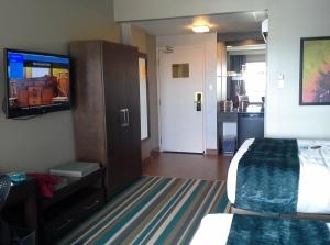 Le genre de chambre d'hôtel qu'on ne se paye pas d'habitude, mais là, à 50% de rabais, près du downtown Calgary, avec une télé qui me souhaite la bienvenue personnellement... s'tu veux d'plus dans'vie tsé!?!