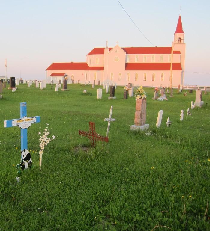 L'église et le cimetière, mes voisins d'en arrière.